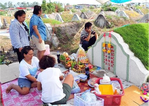 Qingming-Festival-Praying-at-Gravesite