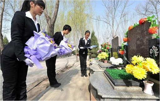 Qingming-Festival-Professional-Mourners-for-Hire-at-Gravesite